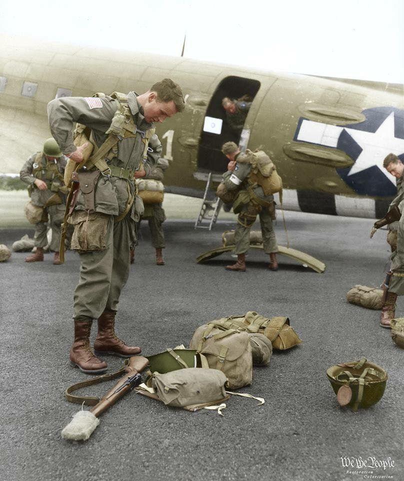 Brigádny generál James M. Gavin si kontroluje výstroj pred začiatkom operácie Market Garden september 1944 (kolorované)