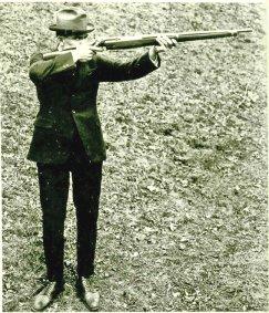 John Garand so svojou puškou model 1921