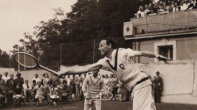 Jean Borotra na tenisovém kurtu ještě před válkou