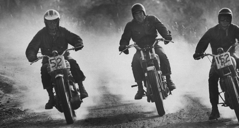 Bud Ekins (vlevo) a Steve McQueen (vpravo) na závodě v poušti Mojave roku 1963