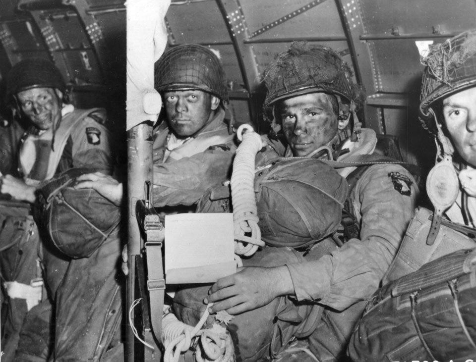 Příslušníci 101.výsadkové divize před seskokem v Normandii, červen 1944