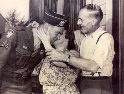 Seržant Beyrle se svými rodiči po návratu domů