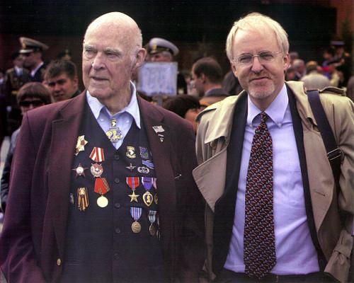 Joseph R.Beyrle se svým synem Johnem, velvyslancem USA v Rusku